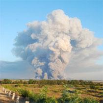 У Лозовій усе ще лунають вибухи, над арсеналом стоїть густа хмара диму