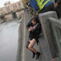 У Харкові рятувальники витягли з ріки п'яну жінку (фото)