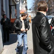 Невідомі в шкіряній куртці прямує до журналіста (фото Т. Бурноса)