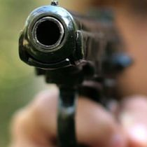 Пістолет – як головний аргумент для міліцейського керівництва.
