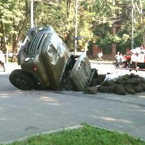 У Дніпропетровську вантажівка провалилася під землю