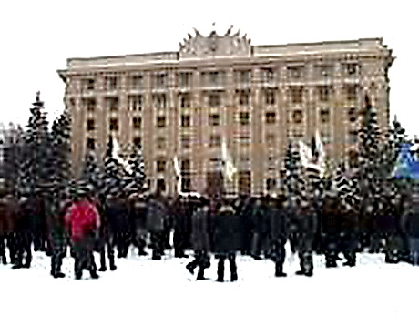 """Чорнобильці та """"діти"""" війни вже кілька днів поспіль пікетують Харківську облдержадміністрацію"""