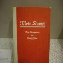 """Книга Адольфа Гітлера """"Моя боротьба"""" вилучена прокуратурою Харкова. Також постраждав російський послідовник фюрера"""