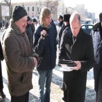 Страйковий комітет Харківської області пікетував обласну адміністрацію. Президенту передали рішучі вимоги харківців.