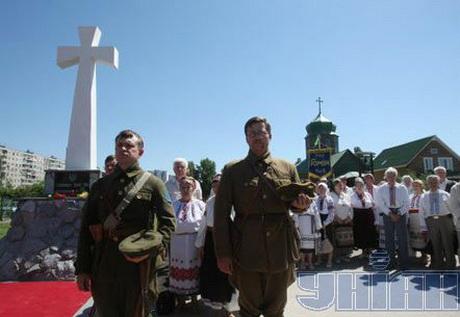 Освячено перший у Києві пам'ятник старшинам армії УНР, проте  служити панахиду воякам УНР у Дніпропетровську заборонено