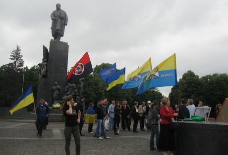 Мешканці Харкова зіграли короткі сценки поводження чиновників з людьми та проінформували присутніх на акції  про масові порушення норм Конституції