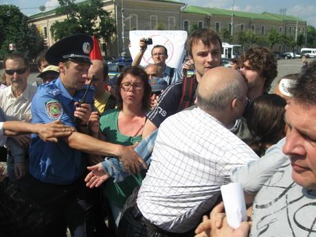 Міліція застосувала силу проти людей, які вийшли на акцію протесту проти чергового виділення 27 гектарів Лісопарку під забудову (ФОТО)