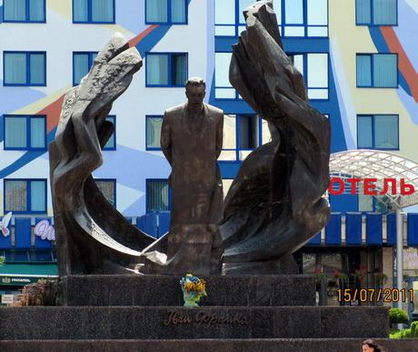 На вулицях Івано-Франківська можна побачити не лише красиві будинки та пам'ятники, а й відчути себе справжнім українцем