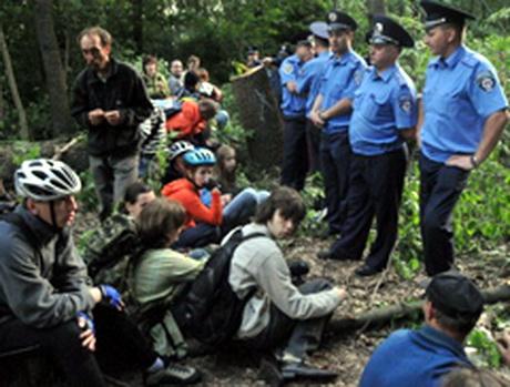 У Парку Горького зрубано 600 дерев, а дозвільні документи є лише на 96. Тих, що намагалися протистояти вирубці, доставлено у відділок міліції