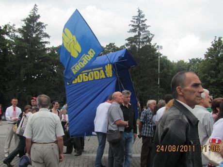 Коли перша частина заходів, приурочених до Дня Незалежності України, біля пам'ятника Тарасу Шевченку завершилась, на арені з'явився Ігор Швайка та ще декілька людей з прапорами ВО «Свобода»