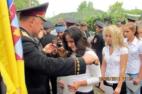 Нові члени Українського Реєстрового Козацтва складали присягу, читаючи текст із величезних паперових шпаргалок