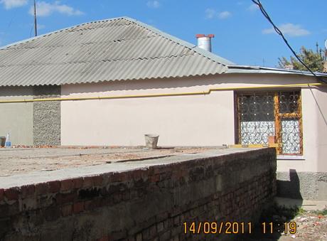 Нові забудовники викопали такий котлован, що потріскалися стіни сусідніх будинків. На скарги людей влада не зважає