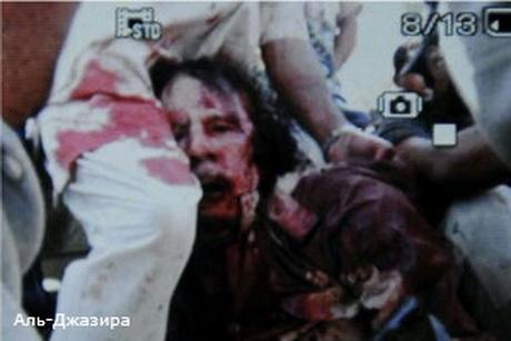 Муаммара Каддафі поранили в обидві ноги і в голову, після чого він швидко помер