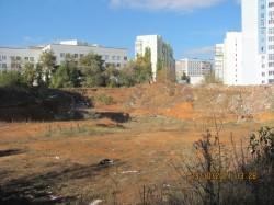Купи сміття, відкриті люки і покинуті котловани, що були викопані під будівництво нових багатоповерхівок – так виглядають околиці Олексіївського мікрорайону м. Харкова