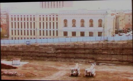 Котлован викопаний під будівництво торгового центру «Європа» стає небезпечним для міських комунікацій, житлових будинків і бібліотечних приміщень