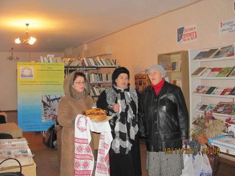 Громадські організації зібрали понад 500 україномовних книжок і подарували їх у бібліотеку села Качалівка, що на Краснокутщині