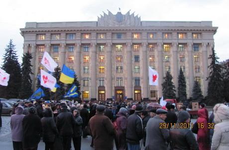 Декілька сотень мешканців Харкова вийшли на Майдан Свободи з вимогою покарати усіх осіб, причетних до вбивства чорнобильця Геннадія Конопльова