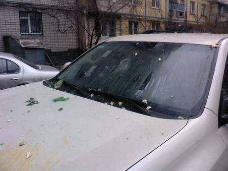 """У Дніпропетровську """"комунальники"""" намагалися """"вигнати"""" припаркований на газоні джип, закидавши його яйцями і розбивши лобове скло"""