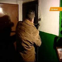 Не бійтесь, не злодії: у Донецьку комунальники з ломами та болгарками виламують двері боржників