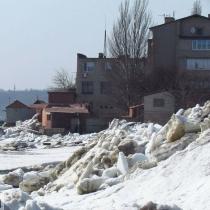 Крига сунула заввишки з будинок: як зима зустрічалась з весною в Маріуполі