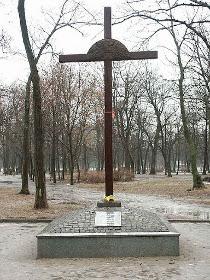 Пам'ятний хрест  жертвам голодомору в Молодіжному парку пошкоджено