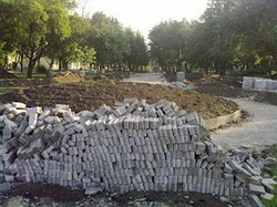 «Реконструкцію» парку, що біля велозаводу, проводять ударними темпами