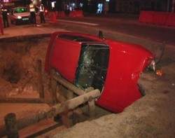 Нічне ДТП в Києві: іномарка з пасажирами провалилася у величезну яму. Є постраждалі (ФОТО)