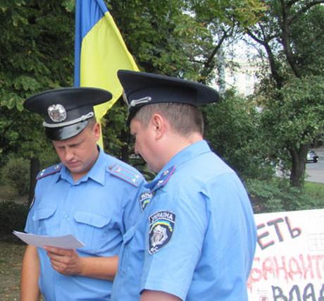 Працівники міліції силоміць відібрали стільці, плакати на захист української мови і документи