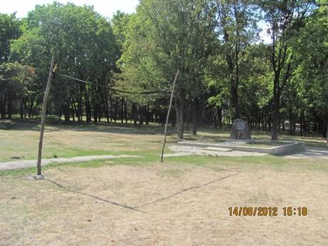 На місці поховань жертв Голодомору та політичних репресій встановили футбольні ворота