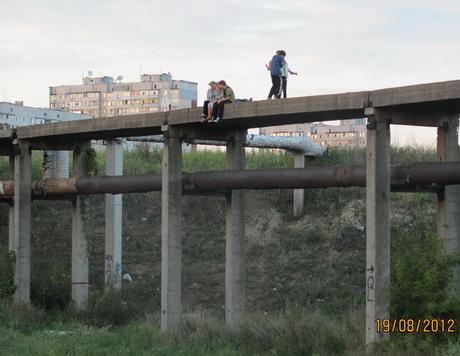 Олексіївський аварійний міст став місцем розваг для дітей