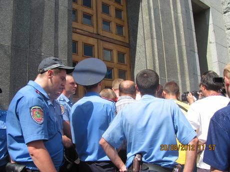 Працівники міліції не могли стримати натовп. Штурм міської ради блокували підрозділи «Беркуту»