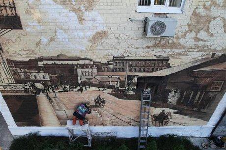 Митці перетворили будинок у центрі Донецька  на гігантську старовинну листівку