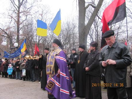 Харківці вшанували пам'ять жертв Голодомору 1932-1933 рр. У Молодіжному парку з'явився новий пам'ятний знак