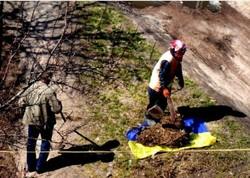 Скандал у Чернігові: комунальники збирали сміття у прапор України (ФОТО)