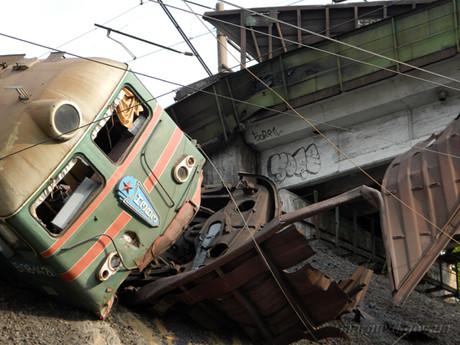 Аварія потягів у Маріуполі: вагони з гарячимим речовинами перекинулися, спричинивши пожежу (ФОТО, ВІДЕО)