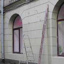 Меморіальну дошку харківському мовознавцю Юрію Шевельову розгатили прямо на стіні