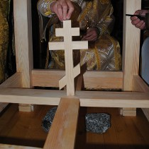 Далеченько від Христа:  церковники Московського патріархату в Донецьку влаштували скандал через хрест на будинку