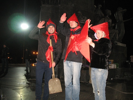 «Янич, харе покращувать, відпочивай!»: харківський Євромайдан привітав Азарова з днем народження