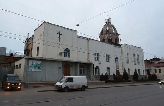 «Тітушки» у Харкові спробували  виламати двері до храму УАПЦ, де  зібрались учасники Форуму Євромайданів