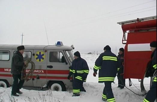 На трасі під Харковом застрягли три вантажівки і швидка допомога (ФОТО)
