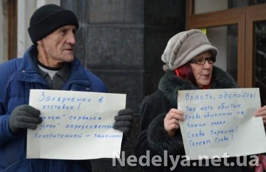 Алчевськ, Луганщина: Три пенсіонери у міськради вшанували пам'ять вбитих на  вулицях столиці. Мер не заважав, лише посміхався