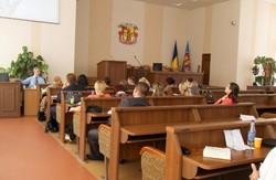 Позов проти народу – мандат на стіл:  в Луганську депутат судиться з власним виборцем