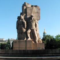 У Харкові подумують звільнити від пам'ятників пл. Конституції та Соборності