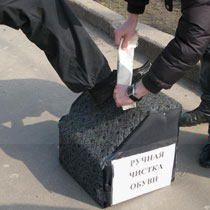 Криза: до Харкова повернулися чистильщики взуття (ФОТО)