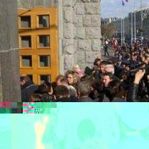 натовп перед будівлею