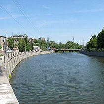 набережна річки