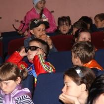 школярі в кінотеатрі