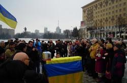 """Протест під вікнами Добкіна: мітінгувальники грали на піаніно """"Червону руту"""" (ФОТО)"""