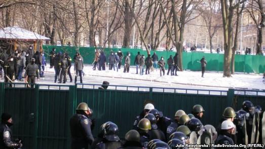 """У Дніпропетровську батьки побоюються за своїх дітей через появу """"народних дружинників"""""""
