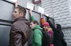 Харків'яни намагалися не випустити курсантів місцевої  Академії  внутрішніх військ  до Києва